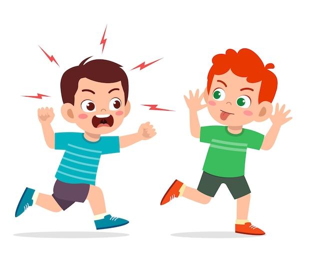 Slechte kleine jongen rent en toont een grimasgezicht aan een boze vriend