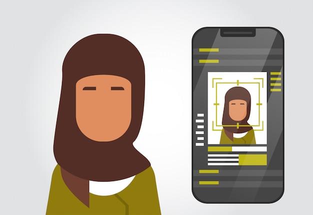 Slimme telefoon beveiligingssysteem scannen moslimvrouw gebruiker biometrische identificatie concept gezichtsherkenning