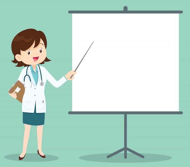 Slimme vrouwelijke arts presenteren met projector