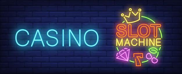 Slotmachine neon teken. nummer zeven, diamant, kroon en kers Gratis Vector
