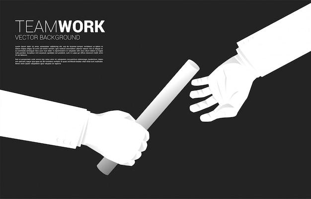 Sluit omhoog hand die knuppel in relaisrace tussen zakenman overgaat