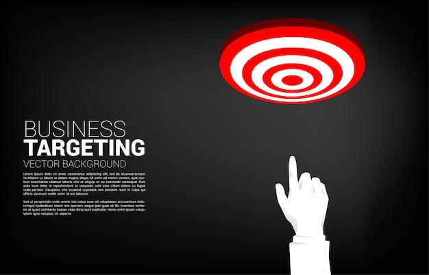 Sluit omhoog het puntvinger van de zakenmanhand aan centrum van dartboard. bedrijfsconcept richten en klant. bedrijfsvisieopdracht.