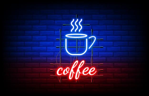 Sluit omhoog van het neonteken van de nachtkoffie op bakstenen muur