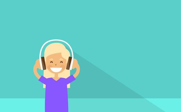 Smilling school girl luister naar muziek hoofdtelefoon oortelefoons