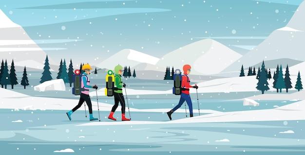 Sneeuwklimmers lopen naar de ijsberg. Premium Vector