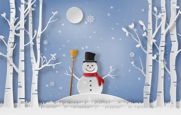 Sneeuwman die zich in een bos in de winter bevindt.