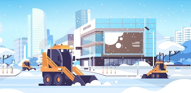 Sneeuwploeg tractoren weg schoonmaken stedelijk centrum straat met wolkenkrabbers bedrijfsgebouwen winter sneeuwruimen concept zonneschijn stadsgezicht vlak en horizontaal vector illustratie