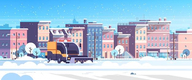 Sneeuwploeg vrachtwagen schoonmaken stedelijke woonwijk straten winter sneeuwruimen concept moderne stadsgebouwen stadsgezicht vlak en horizontaal vector illustratie