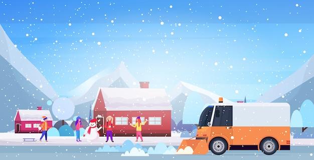 Sneeuwploeg vrachtwagen schoonmaken straat afrer sneeuwval winter sneeuwruimen