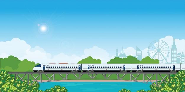 Snelheidstrein op spoorwegbrug met bos en stadsmening op achtergrond.