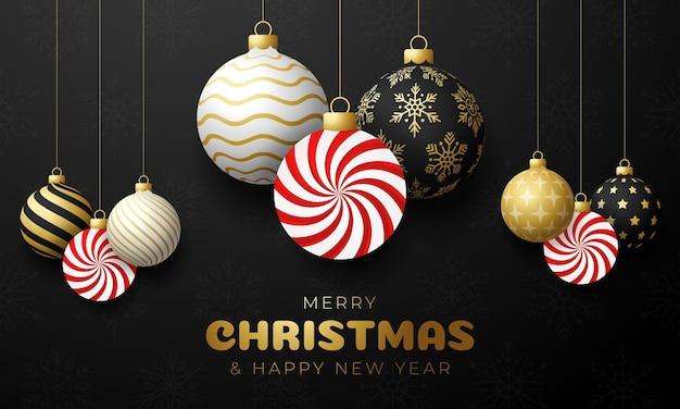 Snoep kerstkaart. merry christmas zoete wenskaart. hang op een draad mint snoep lolly bal als een kerstbal en gouden snuisterij op zwarte horizontale achtergrond. vector illustratie.