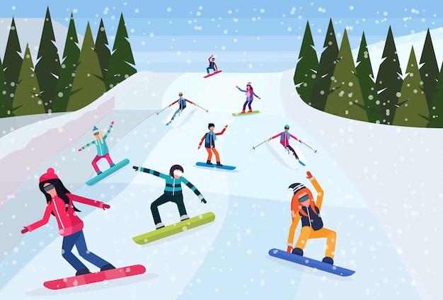 Snowboarders glijden de berg af