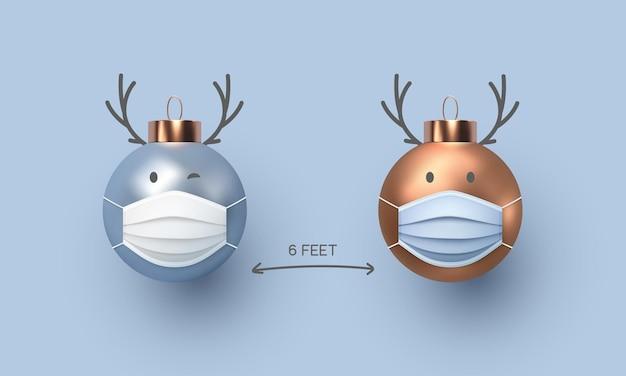 Sociaal afstandsconcept, schattige kerstballen met hertenhoorns in medische maskers. dierlijk karakter in realistische stijl. coronavirus, covid-19-bescherming.