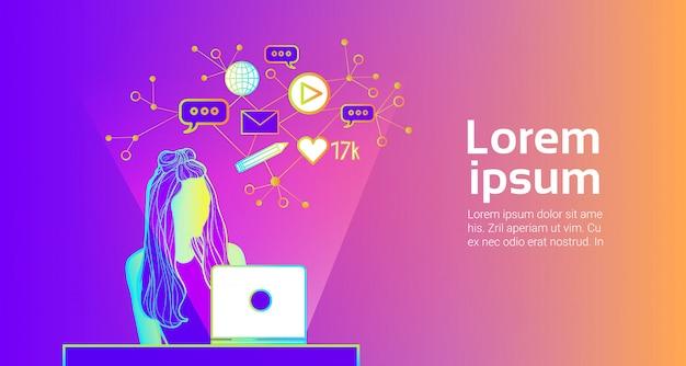 Social media communication concept meisje silhouet met behulp van laptopcomputer surfen op internet