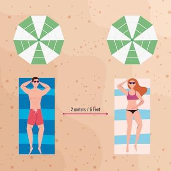 Sociale afstand op het strand, paar houdt afstand liggend bruinen, nieuw normaal zomerstrandconcept na coronavirus of covid 19