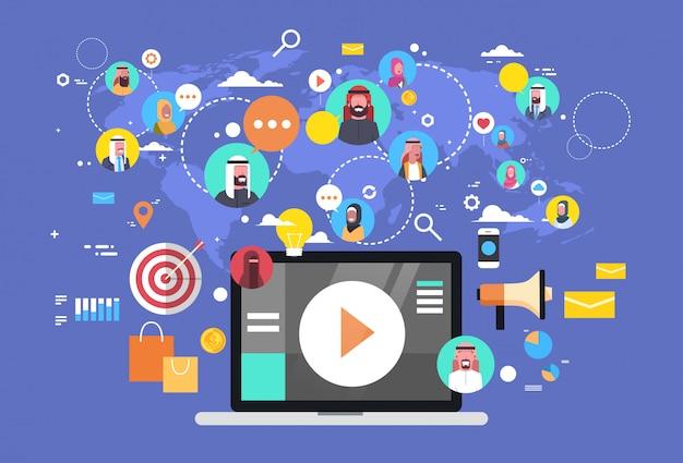 Sociale media communicatie met islamitische mensen verbindingen via wereldkaart. laptop computer