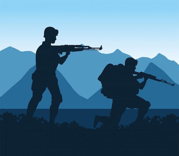 Soldaten vormen silhouetten in de kampscène
