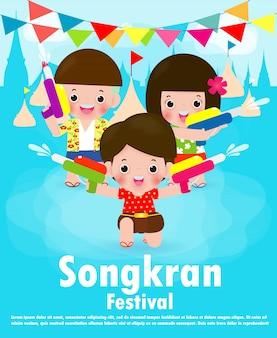 Songkran-festivaljonge geitjes die waterkanon houden genieten van bespattend water in songkran-festival