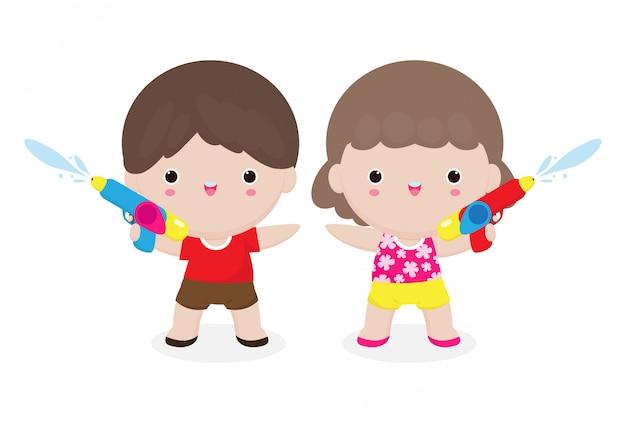 Songkran-festivalkinderen met een waterpistool genieten van opspattend water in het songkran-festival