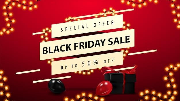 Speciale aanbieding, black friday sale, rode kortingsbanner met diagonale vormen met aanbieding, zwarte cadeautjes, ballonnen en slingers