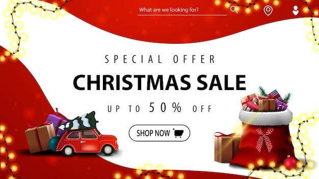 Speciale aanbieding, kerstuitverkoop, tot 50% korting, rode en witte kortingsbanner met vloeiende lijnen, rode vintage auto met kerstboom en kerstmanzak met cadeautjes
