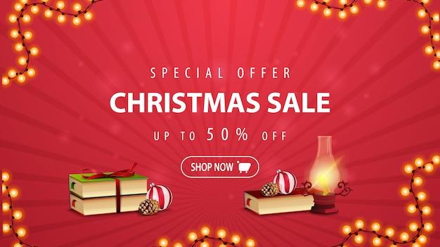 Speciale aanbieding, kerstuitverkoop, tot 50% korting, rode kortingsbanner met antieke lamp, kerstboeken, kerstbal en kegel