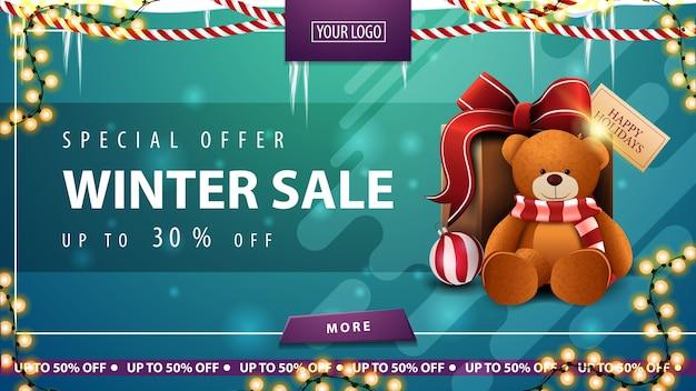 Speciale aanbieding, winteruitverkoop, tot 30 korting, groene kortingsbanner met ijspegels, slinger, roze knop, vloeibare vormen en cadeau met teddybeer
