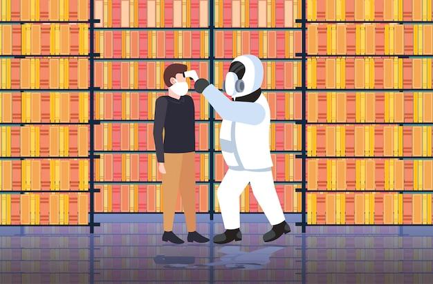 Specialist in hazmat-pak controleren van temperatuur van man in bibliotheek verspreiden coronavirusinfectie epidemie mers-cov-virus wuhan 2019-ncov pandemie gezondheidsrisicoconcept volledige lengte horizontaal