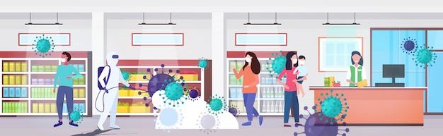 Specialist in hazmat-pak reinigen desinfecteren coronaviruscellen epidemie mers-cov supermarkt interieur wuhan 2019-ncov pandemie gezondheidsrisico volledige lengte horizontaal