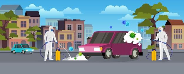 Specialisten in beschermende pakken reinigen en desinfecteren de auto op de stadsstraat. pandemisch coronavirus covid-19 concept. stadslandschap in vlakke stijl.