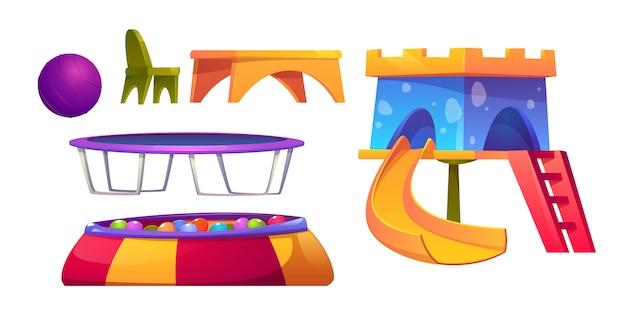 Speelkamer in de kleuterschool met glijbaan en trampoline