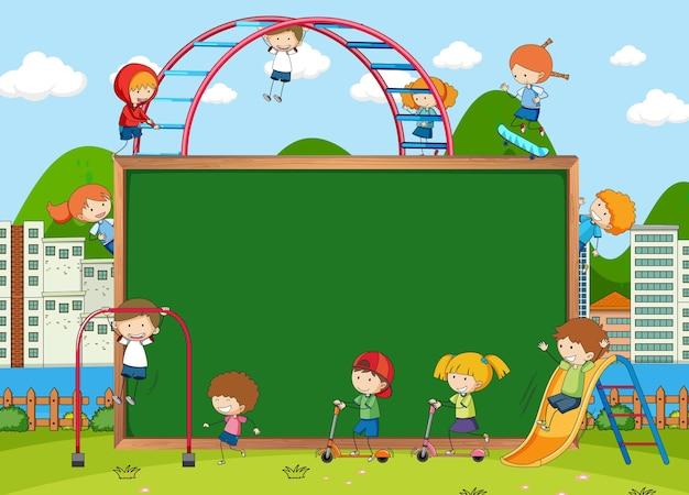 Speeltuinscène met leeg schoolbord en veel kinderen doodle stripfiguur
