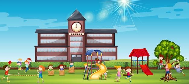 Spelende kinderen op het schoolplein
