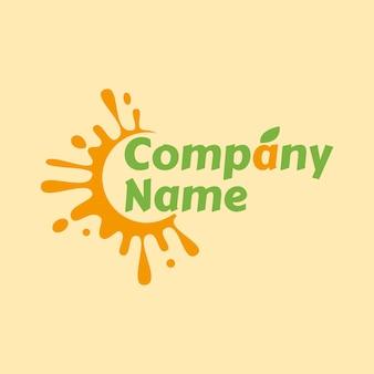 Splash van sinaasappelsap logo sjabloon met groene bladeren op lichtgele achtergrond