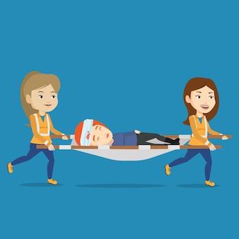 Spoedeisende artsen die vrouw op brancard vervoeren.