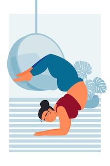 Sport fitness mollige curve vrouw trein yoga asana handstand meisje in vrishchikasana asana