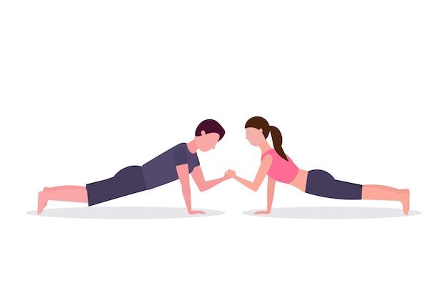 Sport paar doen kracht planking oefening gespierde man vrouw hand in hand opleiding in gym training gezonde levensstijl concept witte achtergrond horizontaal