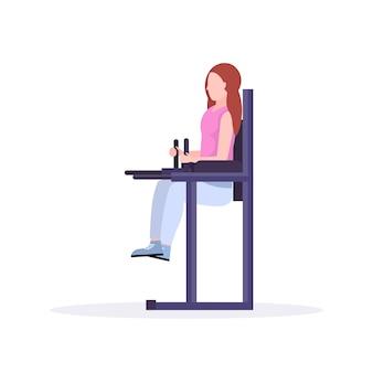 Sport vrouw doet pers buik oefeningen verhogen benen omhoog meisje opleiding in de sportschool training gezonde levensstijl concept witte achtergrond