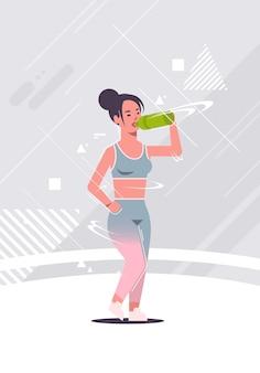 Sportieve meisjesbodybuilder die zoet water of eiwitschoksportvrouw drinken
