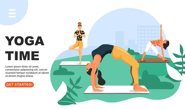Sportieve vrouwen die yoga in het park uitoefenen.