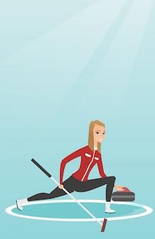 Sportvrouw spelen curling op een ijsbaan