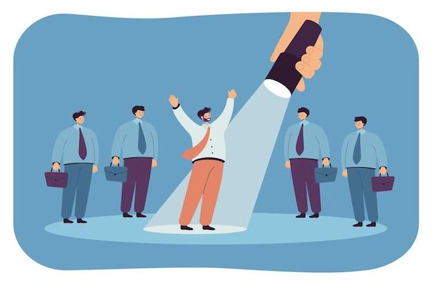 Spotlight op zakenman die opvalt in menigte van mensen