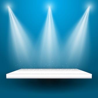 Spotlights schijnen naar beneden op een lege displayplank