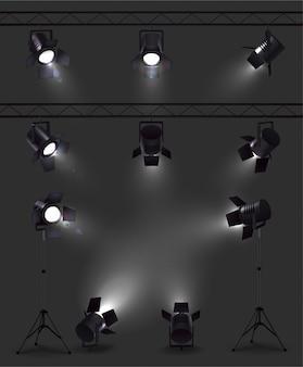 Spotlights set realistische afbeeldingen met gloeiende spotlichten vanuit verschillende hoeken met stands en spoelen