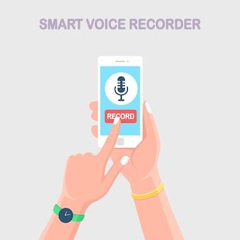 Spraak voicerecorder. hand houden mobiele telefoon met microfoon teken geïsoleerd op de achtergrond.