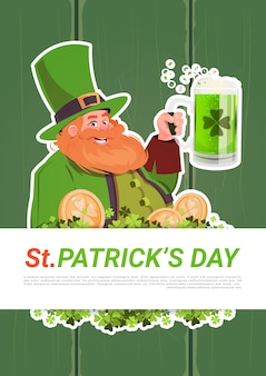 St. patricks day card met leprechaun bier drinken op groene houten achtergrond