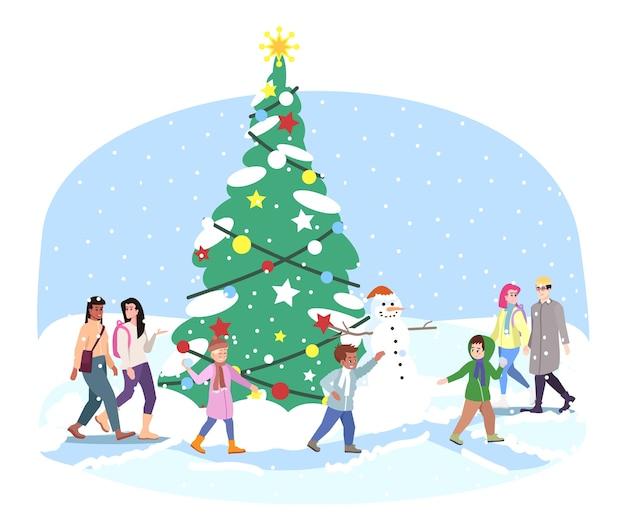 Stad kerstboom. kinderen, volwassenen hebben plezier, spelen sneeuwballen buiten de kerstboom. wintervakantie-activiteiten. nieuwjaars buitendecoraties