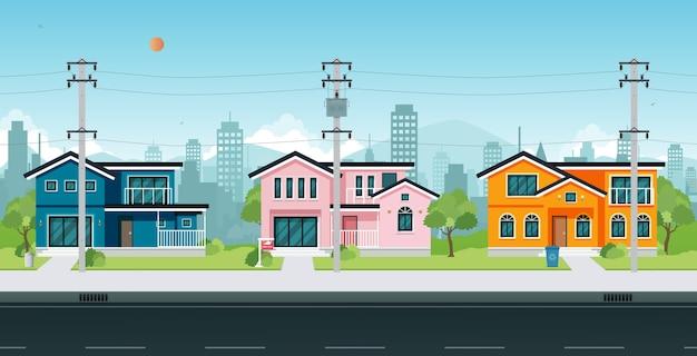 Stadshuizen met elektrische palen en kabel op straat.