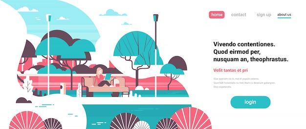 Stadspark vrouw met laptopn zitten houten bank streel lampen bomen rivier landschap achtergrond banner kopie ruimte plat