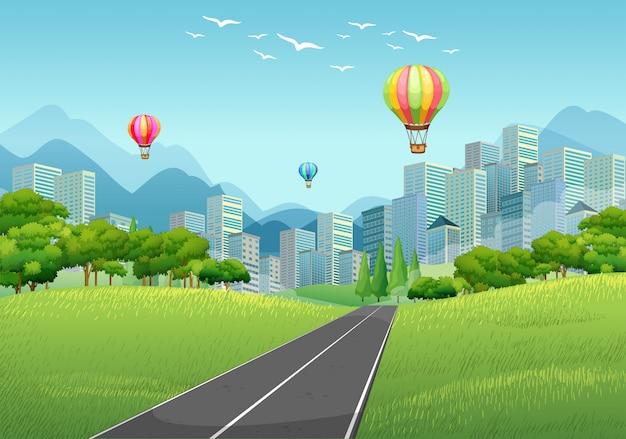Stadsscène met ballonnen en hoge gebouwen